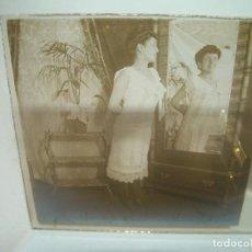 Fotografía antigua: CRISTAL ESTEREOSCOPICO..........MUJER FRENTE AL ESPEJO.......CIRCA. 1900. Lote 96412291