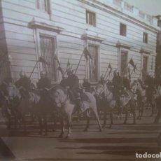 Fotografía antigua: CRISTAL ESTEREOSCOPICO..........MADRID...RELEVO DE LA GUARDIA DE PALACIO.......CIRCA. 1900. Lote 96412423