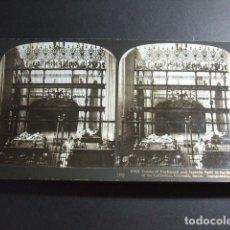 Fotografía antigua: GRANADA TUMBAS DE FERNANDO E ISABEL EN LA CAPILLA REAL VISTA ESTEREOSCOPICA H. C. WHITE 1908 . Lote 103874443