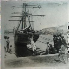 Fotografía antigua: FOTOGRAFÍA ESTEREOSCÓPICA CRISTAL - ALICANTE - BAÑISTAS EN EL PUERTO - FIRMADA J. VIDAL - HACIA 1915. Lote 105102751