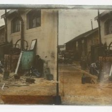 Fotografía antigua: PLACA ESTEROSCOPICA DE CRISTAL – HOMBRES DESTILANDO WHISKY - 16 X 8,5 CM. Lote 120459315