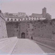 Fotografía antigua: IBIZA. PUERTA A CIUTAT. C. 1955. Lote 128503519