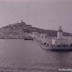 Fotografía antigua: IBIZA. ENTRADA AL PUERTO. EXPECTACIÓN. C. 1955. Lote 128503623