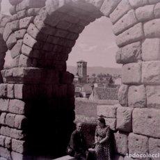Fotografía antigua: SEGOVIA. ACUEDUCTO. TURISTAS. C. 1950. Lote 128503963