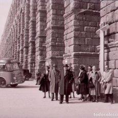 Fotografía antigua: SEGOVIA. ACUEDUCTO. TURISTAS. C. 1950. Lote 128504027