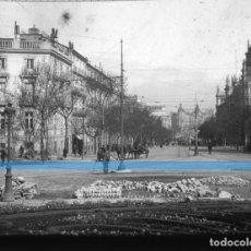 Fotografía antigua: MADRID -POSITIVO EN CRISTAL ESTEREOSCOPICO -OBREROS EN EL CENTRO 1920-. Lote 130708854