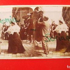 Old photograph - VALENCIA. MANOLAS DIRIGIENDOSE A LAS CORRIDAS DE TOROS, BAJANDO DEL CARRUAJE - 1900 . ESTEREOSCOPICA - 136248774