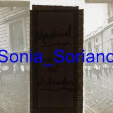 Fotografía antigua: MADRID, CUERPO DE ALABARDEROS DIA BODA ALFONSO XIII. BODAS REALES - CRISTAL POSITIVO ESTEREO. 1906. Lote 143778058