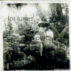 Fotografía antigua: DOS DAMAS EN EL BOSQUE. PIRINEOS. SOMBRILLA, TOCADOS. . Lote 152455874