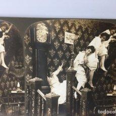 Fotografía antigua: FOTOGRAFIA ESTEREOSCÓPICA - IMPERIAL SERIES 5492 - TRAVESURAS DE MUCHACHAS - EL DIABLO SUELTO -. Lote 167956308