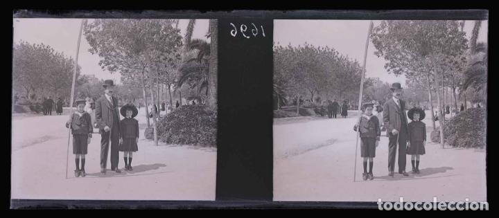 Fotografía antigua: Barcelona. Parque. Ciudadela. Padre e hijo. c. 1930 - Foto 2 - 169329648