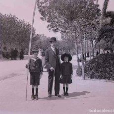 Fotografía antigua: BARCELONA. PARQUE. CIUDADELA. PADRE E HIJO. C. 1930. Lote 169329648