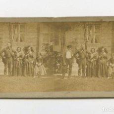 Fotografía antigua: GRUPO FAMILIAR POR IDENTIFICAR, 1860'S. ALBÚMINA ESTEREO 9X18 CM. DATOS REVERSOS ILEGIBLES. Lote 170123184