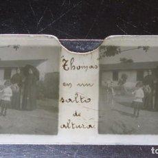 Fotografía antigua: FOTOGRAFIA ESTEREOSCOPICA EN CRISTAL. PERRO SALTANDO. CA. 1900. Lote 171144350