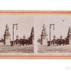 Fotografía antigua: BARCELONA.- ESTATUAS FUERA DE LA PUERTA DEL PARC DE LA CIUTADELLA. DILIGENCIA.. Lote 177678055