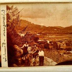 Fotografía antigua: GRUPO EN ESPARRAGUERA (BARCELONA) PAISAJE - 1930'S - NEGATIVO DE VIDRIO 4,5 X 10,5 CM (APROX). Lote 185706598
