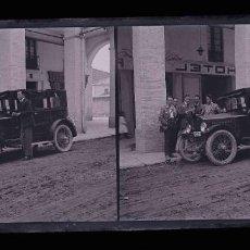 Fotografía antigua: AUTOMIVILISMO. FANTÁSTICO COCHE Y SEÑORES. HOTEL. PARADA EN EL TRAYECTO. C. 1930. Lote 188506840