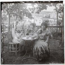 Fotografía antigua: 3 MUJERES BEBIENDO CAVA CODORNÍU, CATALUÑA 1920'S. CRISTAL POSITIVO ESTEREO 4X10CM.. Lote 199188908