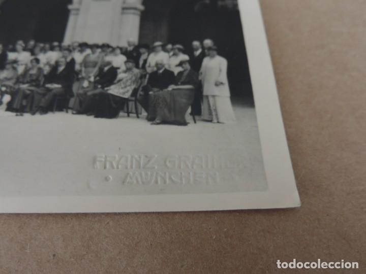 Fotografía antigua: FOTOGRAFIA DE BODA EUROPEA DONDE ESTABA INVITADO DON FERNANDO MARIA BAVIERA Y DE BORBON, ESTA SITUAD - Foto 2 - 221508273