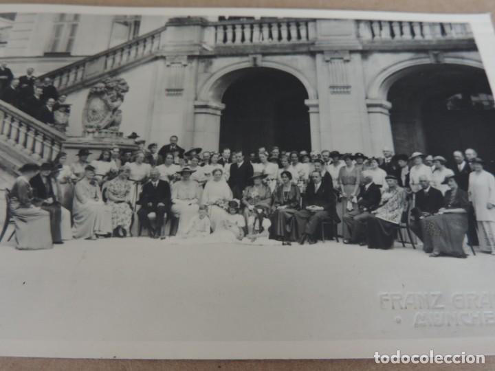 Fotografía antigua: FOTOGRAFIA DE BODA EUROPEA DONDE ESTABA INVITADO DON FERNANDO MARIA BAVIERA Y DE BORBON, ESTA SITUAD - Foto 3 - 221508273