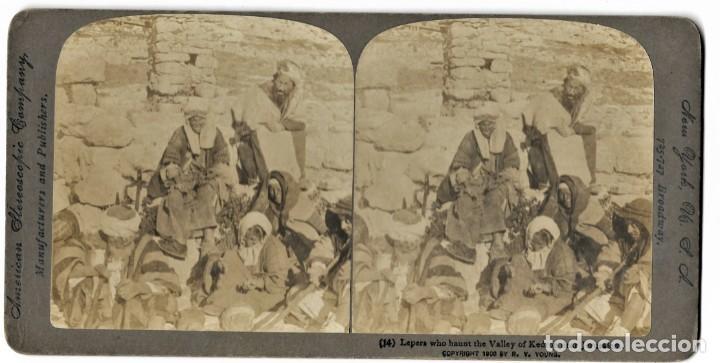 Fotografía antigua: (14) LOS LÁZAROS DEL VALLE DE KEDRON, PALESTINA AÑO 1900 - AMERICAN STEREOSCOPIC COMPANY. - Foto 2 - 211386904