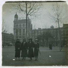 Fotografía antigua: BARCELONA. PLAZA DE CATALUNYA. CUATRO SEÑORAS Y EDIFICIOS DESAPARECIDOS. C.1925. Lote 211511711
