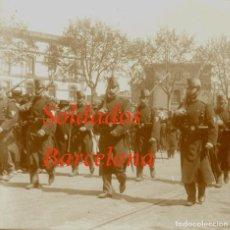 Fotografía antigua: DESFILE - SOLDADOS - BARCELONA - 1910'S - NEGATIVO DE VIDRIO - GRAN FORMATO. Lote 222038407