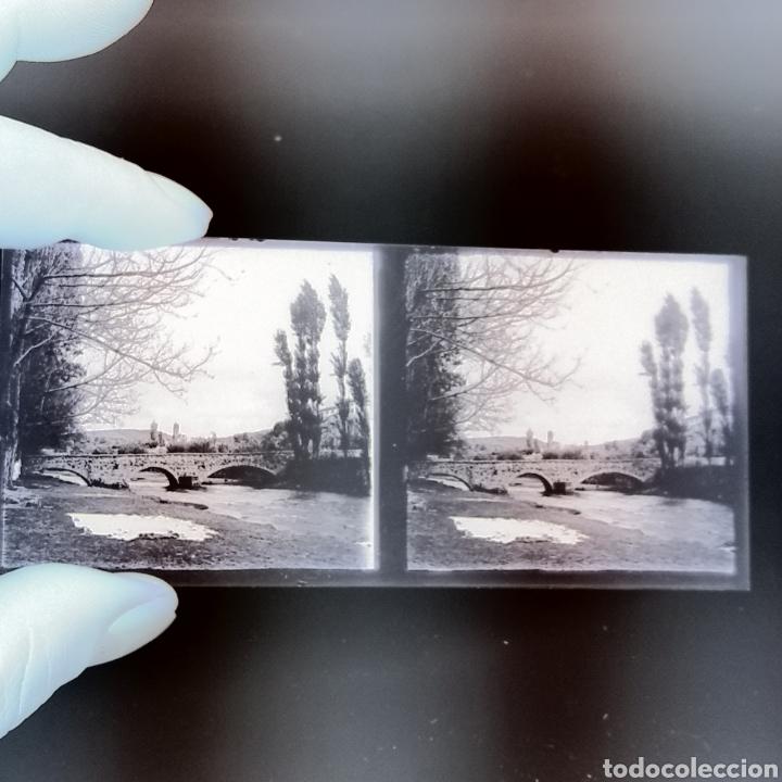 Fotografía antigua: Placa estereoscópica cristal en negativo 1930 Puente de piedra sábanas secándose. - Foto 2 - 222919993