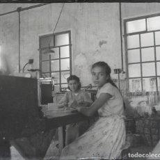 Fotografía antigua: NIÑOS TRABAJADORES, TALLER POR IDENTIFICAR, ESPAÑA 1920-30'S. 16 ESTEREOSCÓPICAS FLEXIBLES 10X4 CM.. Lote 240066720