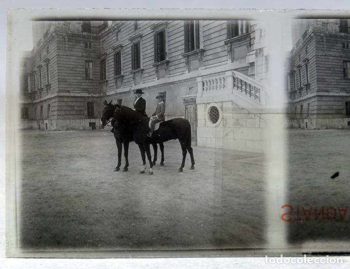 Fotografía antigua: 3 Vista estereoscópica cristal Familia Real a caballo Palacio Real Alfonso XIII niño posible PP S XX - Foto 3 - 278224473