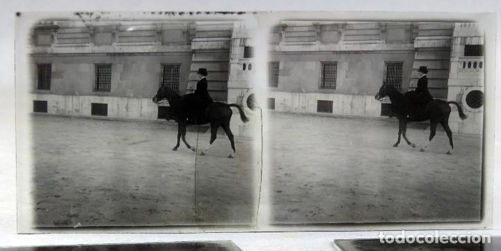 Fotografía antigua: 3 Vista estereoscópica cristal Familia Real a caballo Palacio Real Alfonso XIII niño posible PP S XX - Foto 4 - 278224473