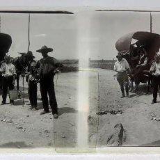 Fotografía antigua: VISTA ESTEREOSCÓPICA CRISTAL TARTANA CON GENTE TRABAJADORES PP S XX. Lote 278225003
