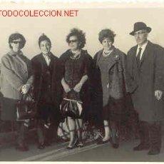 Fotografía antigua: GRUPO POSANDO MIDE 10CM X 7 CM . Lote 667468