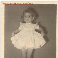 Fotografía antigua: PRECIOSA NIÑA EXHIBIÉNDOSE MIDE 12CM X 9CM . Lote 668773