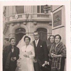 Fotografía antigua: FOTO DE BODA A LAS PUERTAS DEL HOTEL WELLINGTON - 1955. Lote 25399769