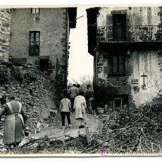 Fotografía antigua: PUEBLO. PLAZA DE PUEBLO Y PERSONAS. CIRCA 1960. CATALUÑA. Lote 20732598