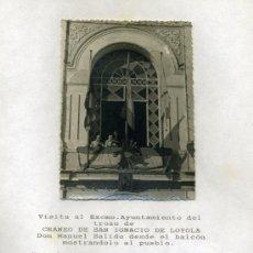 Fotografía antigua: FOTOGRAFIA DE D. MANUEL SALIDO MOSTRANDO EL CRANEO DE SAN IGNACIO DE LOYOLA.. Lote 12460462
