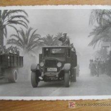 Fotografía antigua: DESFILE MILITAR. TETUAN 1 ABRIL DE 1954. 13 X 8 CM.. Lote 22740438