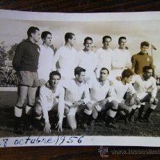 Fotografía antigua: FOTO DE LA CULTURAL LEONESA 28 DE OCTUBRE DE 1956 7,5X11 CONTRA EL AVILES. MIRAR DETRAS ALINEACION. Lote 27084758