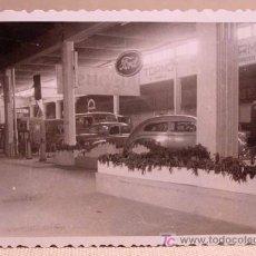Fotografía antigua: ANTIGUA FOTO, VALENCIA, EXPOSICION REGIONAL 1948, STAND FORD, PEUGEOR, MERCEDES, COCHES. Lote 15358496