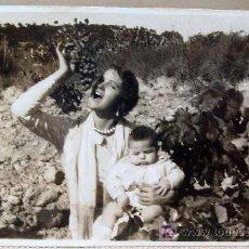 Fotografía antigua: MAGNIFICA Y ANTIGUA FOTO POSTAL, MUJER CON NIÑO EN VIÑA, REQUENA ?, 1930S. Lote 16573182