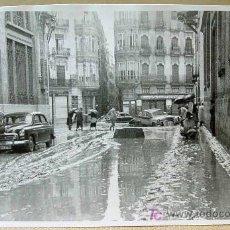 Fotografía antigua: ANTIGUA FOTO, RIADA 1957, VALENCIA, CALLE UNIVERSIDAD, Y PINTOR SOROLLA, 14 X 9 CM. Lote 16632158