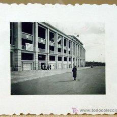 Fotografía antigua: FOTOGRAFIA, FOTO, REAL MADRID, 1950S, ESTADIO SANTIAGO BERNABEU, 6 X 4,5 CM. Lote 46315613