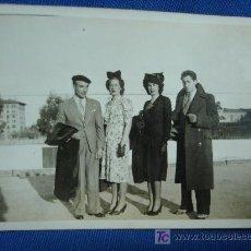 Fotografía antigua: ANTÍGUA FOTO DE DOS ELEGANTES PAREJAS - MADRID 23 MARZO 1942. Lote 20603810
