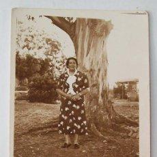 Fotografía antigua: FOTO ARGENTINO PIRIAPOLIS 1938 (URUGUAY). SEÑORA DELANTE DE EUCALIPTUS.. Lote 25894239