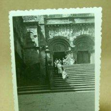 Fotografía antigua: FOTOGRAFIA, FOTO, SANTIAGO DE COMPOSTELA, CATEDRAL, GALICIA, ANIMADA, 1940S. Lote 19295956