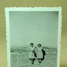 Fotografía antigua: FOTOGRAFIA, FOTO, PLAYA, BAYONA, VIGO, GALICIA, ANIMADA, 1940S. Lote 19296685