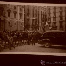 Fotografía antigua: FOTOGRAFIA DE LA PLAZA DE SANT JAUME DE BARCELONA (1950). Lote 24860133