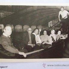 Fotografía antigua: GONDOLERO, TRES PAREJAS Y GONDOLA - TROIS COUPLES ET GONDOLE - THREE COUPLES AND GONDOLA. Lote 27408029