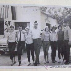 Fotografía antigua: JOVENES FESTEJANDO. YOUNG FESTIVITIES. JEUNE FESTIVITÉS. URUGUAY 1962. Lote 23789814